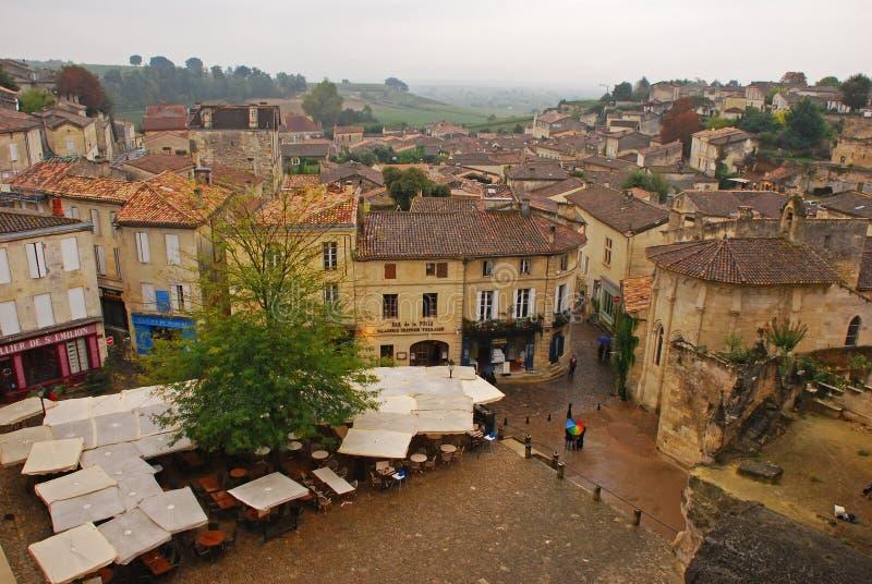 Pioggia leggera in autunno al quadrato principale del mercato di bella città di Saint Emilion fotografie stock