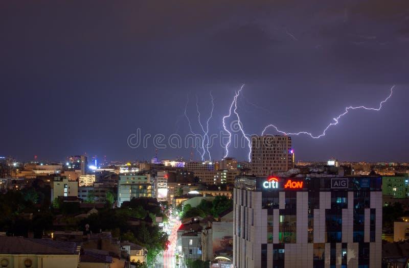 Pioggia persistente di Bucarest e temporale, fulmine sopra la città, paesaggio urbano di notte fotografia stock libera da diritti