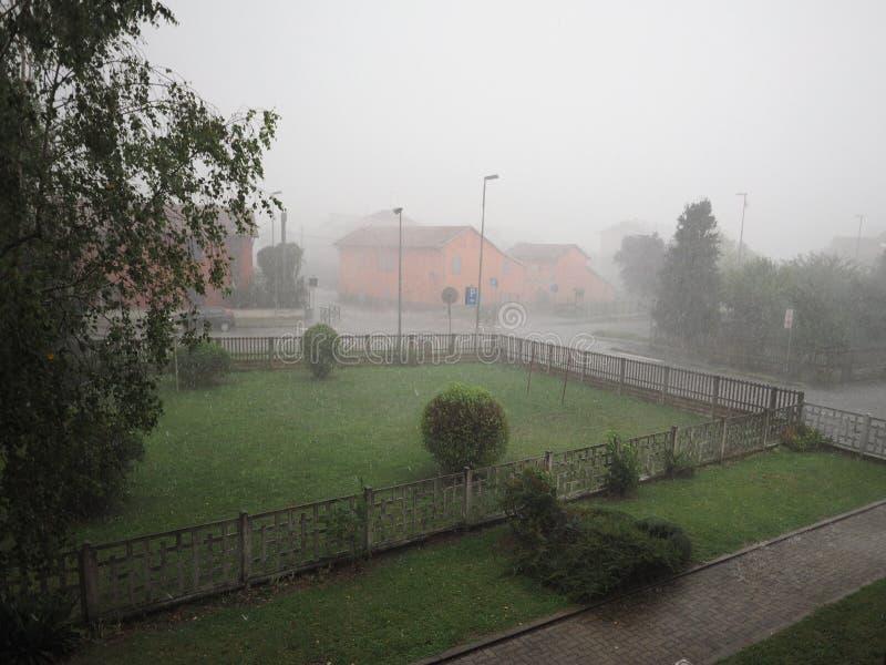Pioggia persistente e grandine fotografie stock