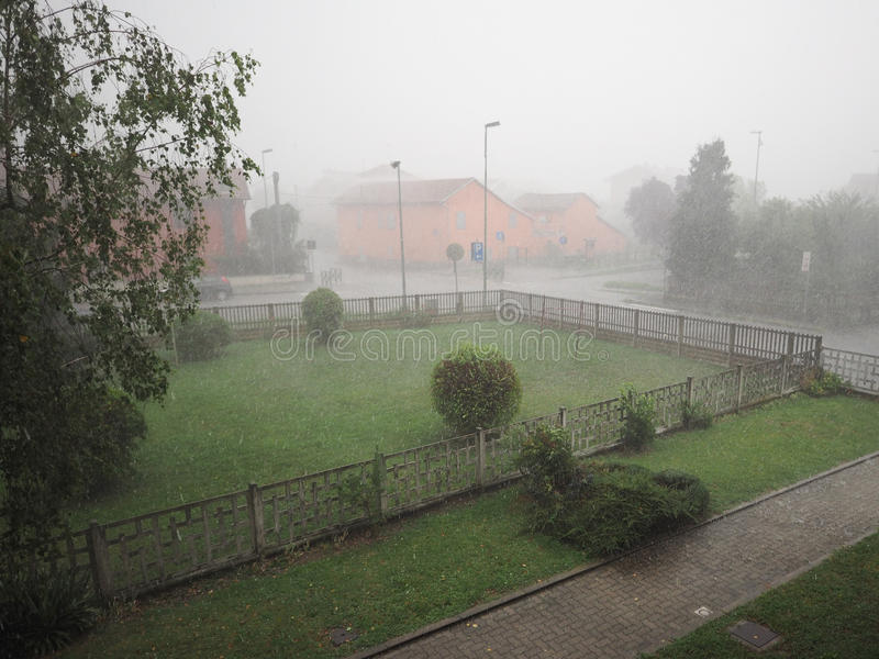 Pioggia persistente e grandine immagini stock