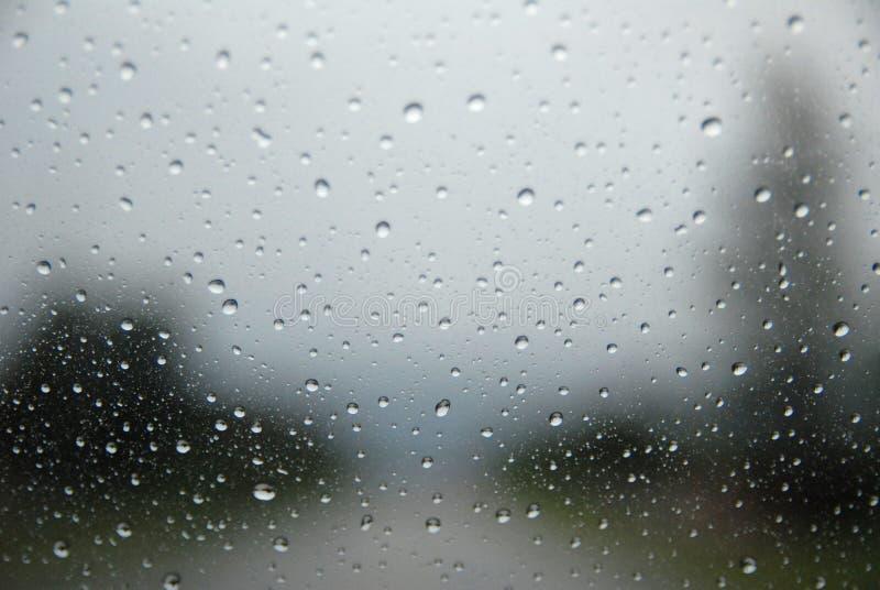 Pioggia su un parabrezza dell'automobile immagine stock