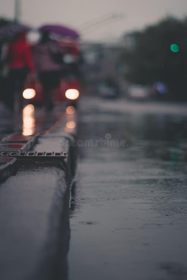 Pioggia sulla via, bokeh, luci fotografia stock libera da diritti