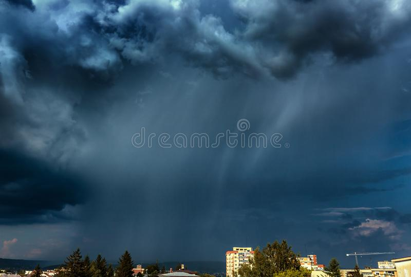 Pioggia torrenziale sopra la città fotografia stock