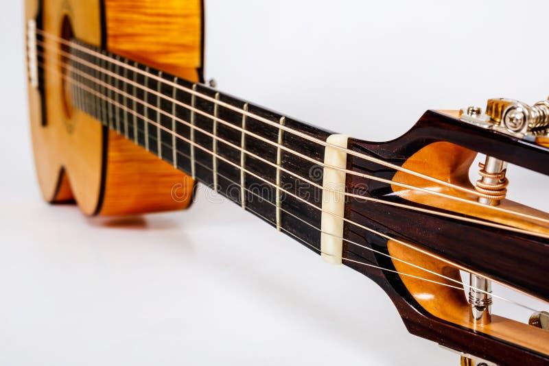Pioli di sintonia su una testa di legno della macchina di sei chitarre delle corde su fondo bianco fotografia stock libera da diritti