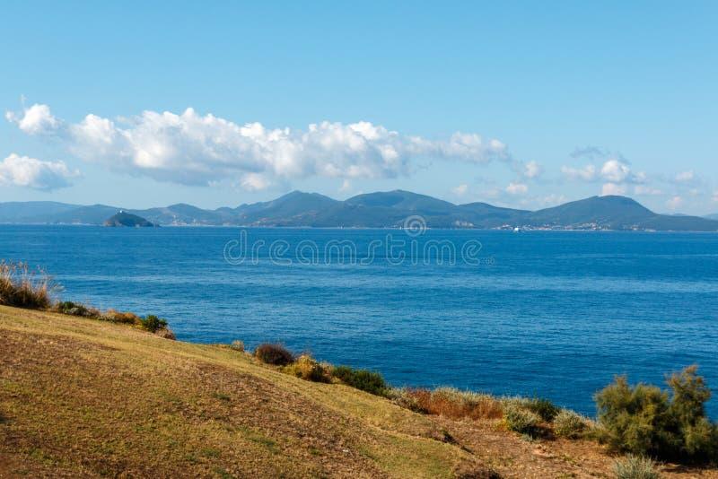 In Piombino wandern, welches die Insel von Elba, Toskana, Italien übersieht lizenzfreies stockfoto