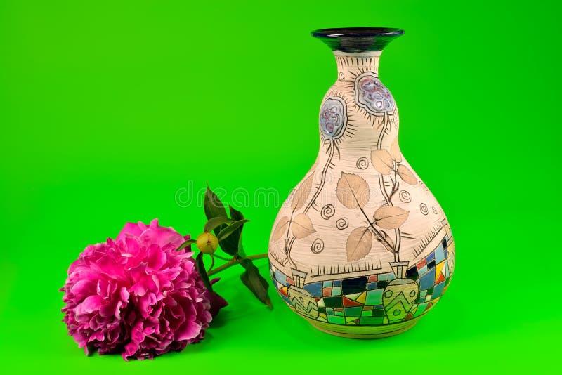 Pionblomma och dekorativ vas arkivbild