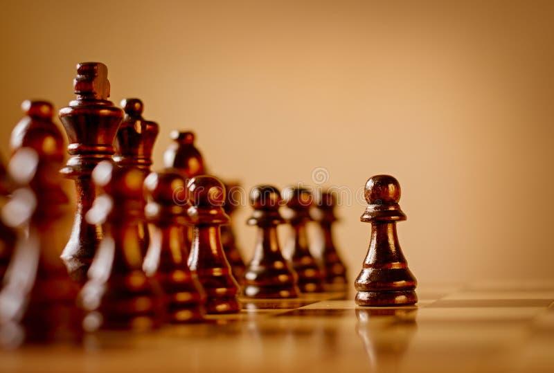 Pionek w ciemnym drewnianym szachy secie obraz stock
