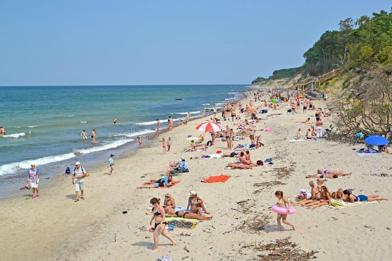 PIONIER, RUSSLAND Der wilde Strand am Sommertag Ein Haus mit einem blauen Dach lizenzfreie stockbilder