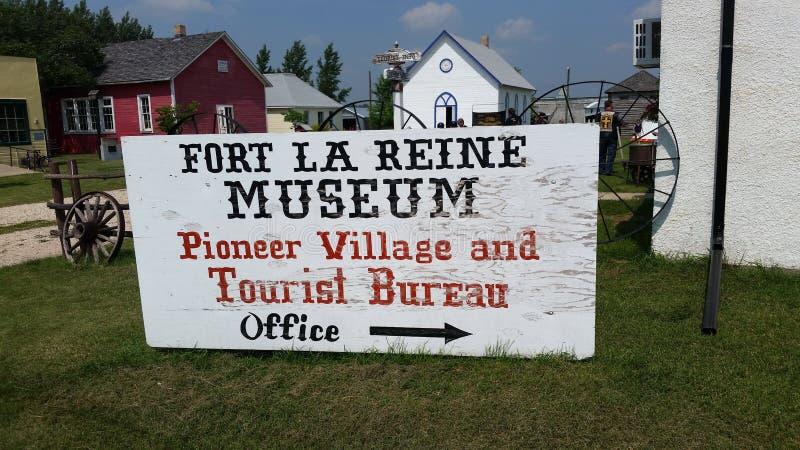 Pionierdorf-Büro-Zeichen, Fort-La Reine Museum, Portage-La Grasland MB lizenzfreie stockfotografie