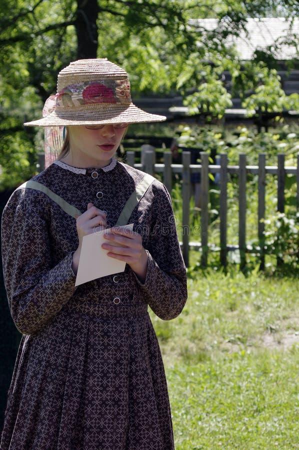 Pionierska dziewczyna bierze notatki zdjęcia royalty free