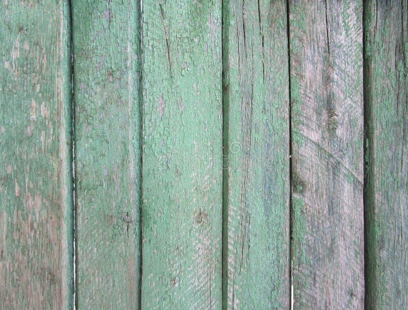 Pionowa pasiasta drewniana ściana, ogrodzenie, tło z starą wyszarzałą zieloną farbą fotografia stock