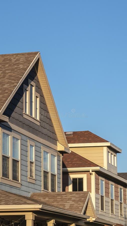 Pionowe fasady górnego rzędu domów drewnianych zdjęcie royalty free