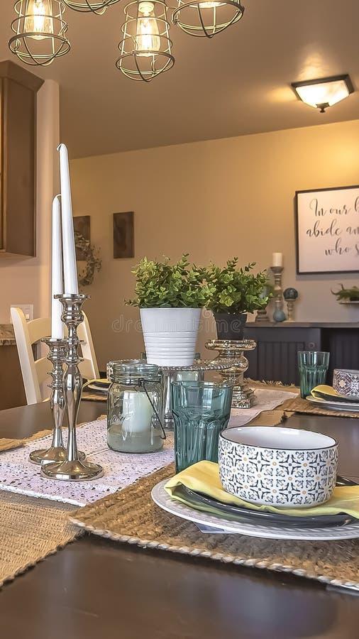 Pionowo Biali krzesła wokoło brązu łomota stół z konopie stołu placemats i biegaczami fotografia stock