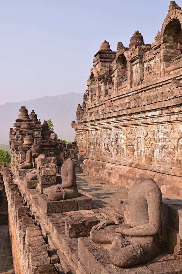 Pionowo boczny widok rząd statuy bez głowy przy Borobudur fotografia stock