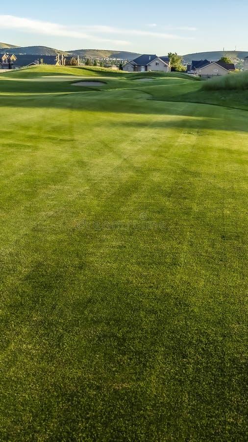 Pionowo bunkiery pole golfowe z w odległości, farwater i obraz stock