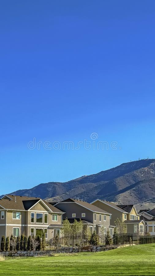 Pionowo Czaruje domy i nadzwyczajna góra pod jasnym błękitem na słonecznym dniu obraz royalty free