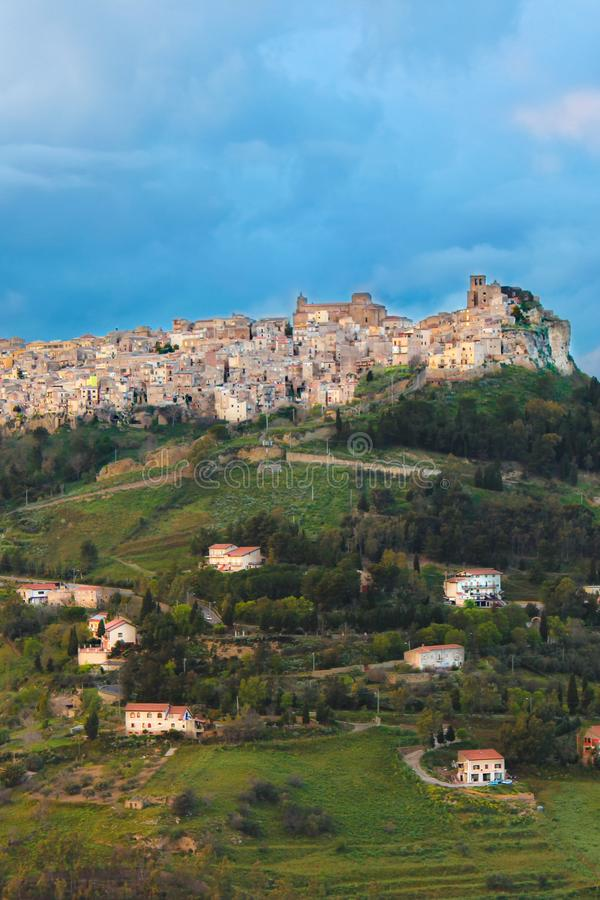 Pionowo fotografia Enna, wioska lokalizować na wierzchołku skalisty wzgórze w środkowym Sicily, Włochy Zmrok chmury, burza dziejo zdjęcia royalty free