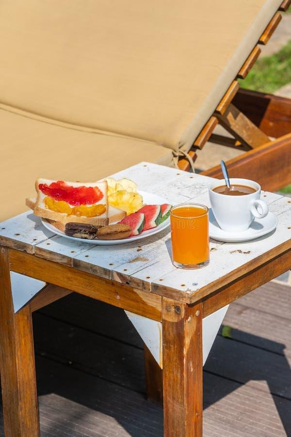 Pionowo fotografia wyśmienicie śniadanie w luksusowym kurorcie zdjęcia stock
