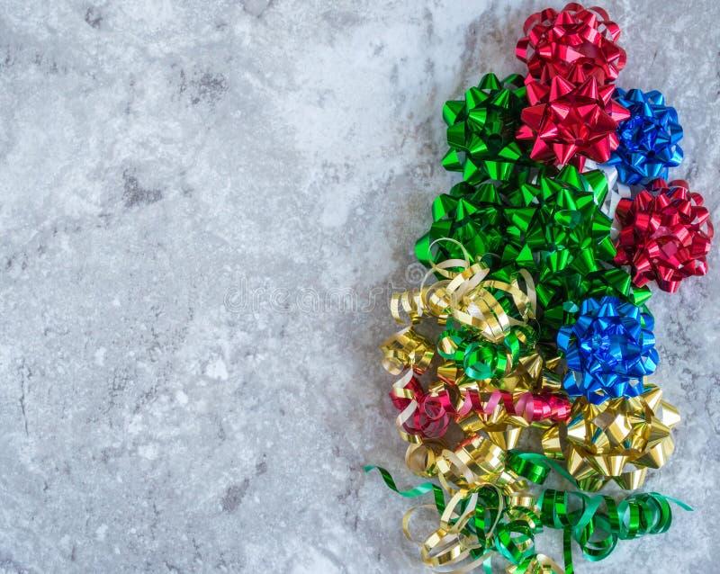 Pionowo granica bożych narodzeń i Hanukkah prezent ono kłania się z fryzowanie faborkiem zdjęcie royalty free