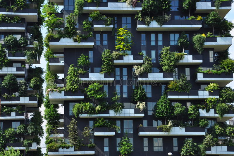 Pionowo lasowa Współczesna architektura w Mediolan, Włochy obraz royalty free