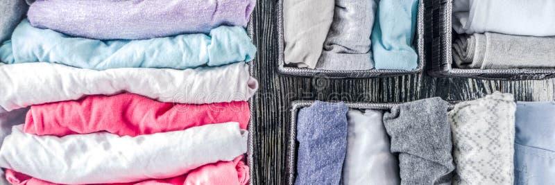 Pionowo Maria Kondo sprząta odzieżową metodę zdjęcia royalty free
