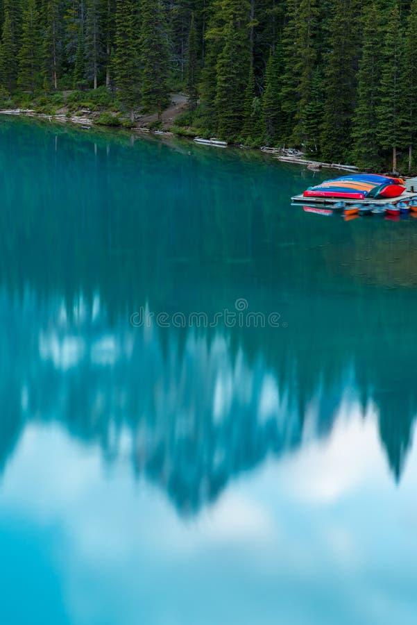 Pionowo morena jeziorny zmierzch z turkusowym jeziorem i bluesky, Banff, Alberta, Kanada obrazy royalty free