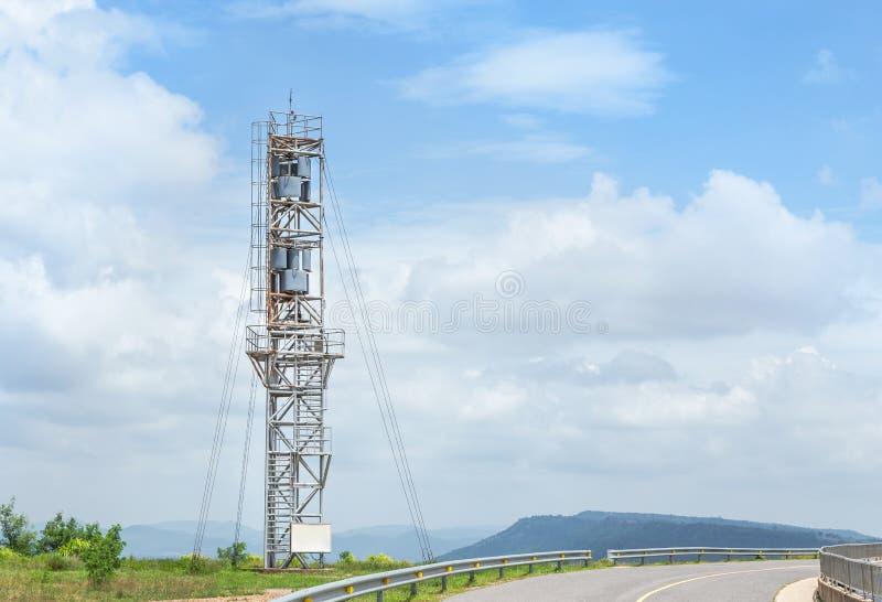 Pionowo oś silnika wiatrowego generatoru wierza w siła wiatru stacji zdjęcia royalty free
