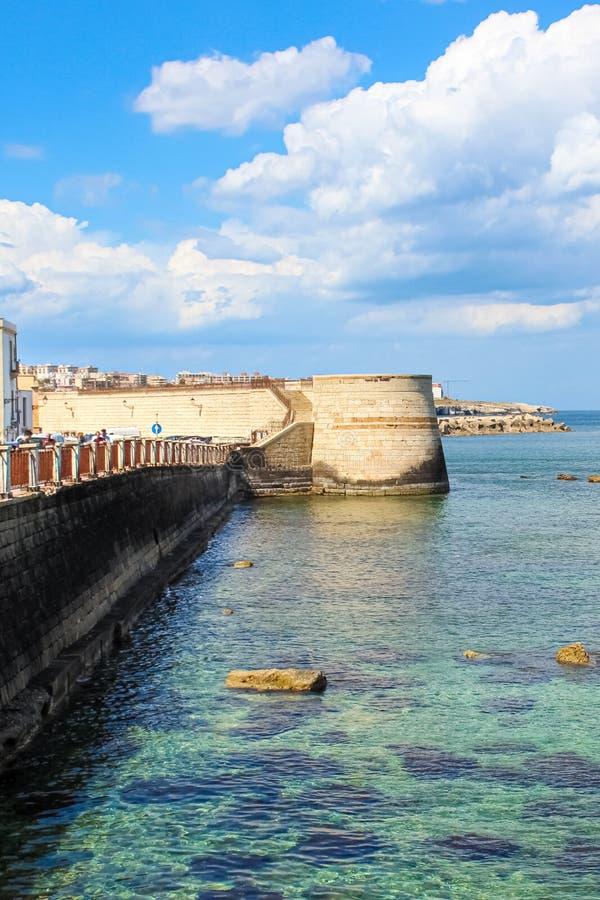 Pionowo obrazek jasny morze i niedaleki miasta wybrzeże Sycylijski Syracuse, Włochy Brać blisko dziejowego centrum w Ortigia zdjęcia stock