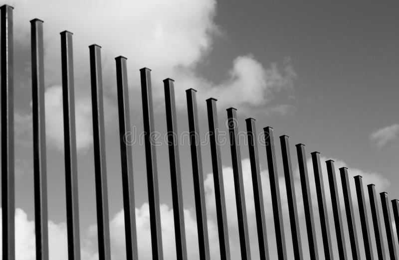 Pionowo ogrodzenia i nieba chmur tło w czarny i biały Niezwykły * ogrodzenia architektury skład dla tło kopia zdjęcia royalty free