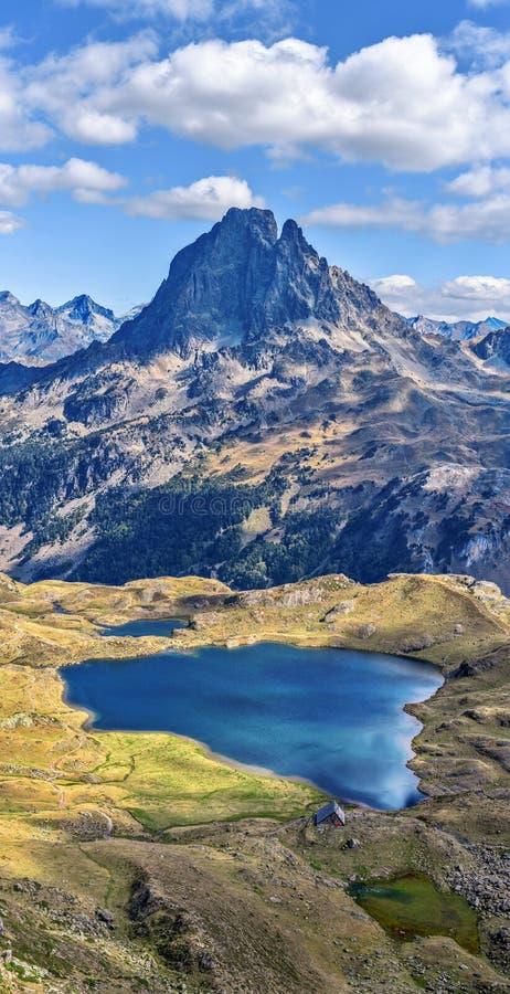 Pionowo panoramiczny widok przy Midi Ossau halnym szczytem Gentau od przełęcza Ayous w Franch Atlantyccy Pyrenees i jeziorem, jak zdjęcie stock