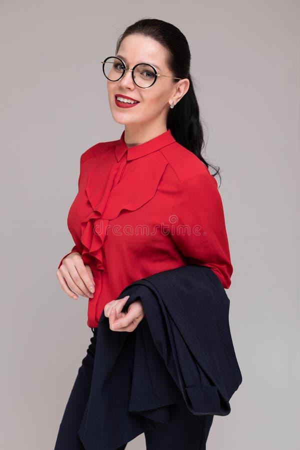 Pionowo portret piękna dziewczyna w jaskrawych biznesów ubraniach odizolowywających na lekkim tle obraz stock