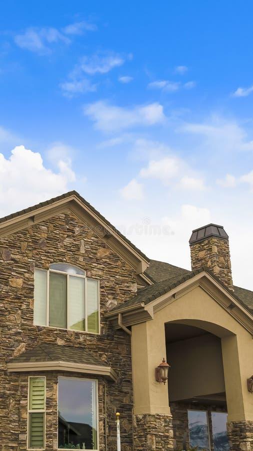Pionowo powierzchowność prześwietny dom z kombinacją kamień i conrete ściana obraz royalty free