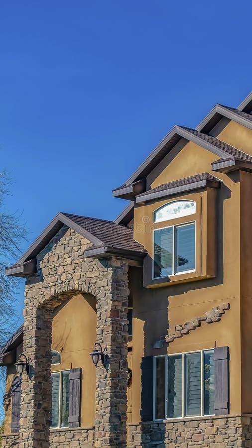 Pionowo rama dom z betonu, kamienia ścianą z cegieł przeciw i zdjęcie royalty free
