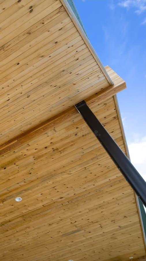 Pionowo rama Zamknięta w górę widoku spód dach dom z niebieskiego nieba tłem zdjęcie stock