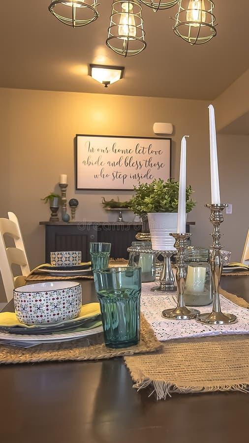 Pionowo ramowego stołu położenie dekorujący z świeczek rośliien konopie stołu placemats i biegaczami zdjęcie stock