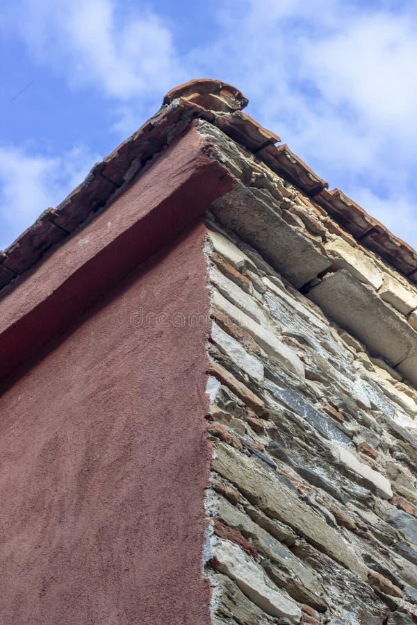 Pionowo ramowy krótkopęd kamieniarstwo budynku dachu kąt z błękitnym otwartego nieba tłem fotografia stock