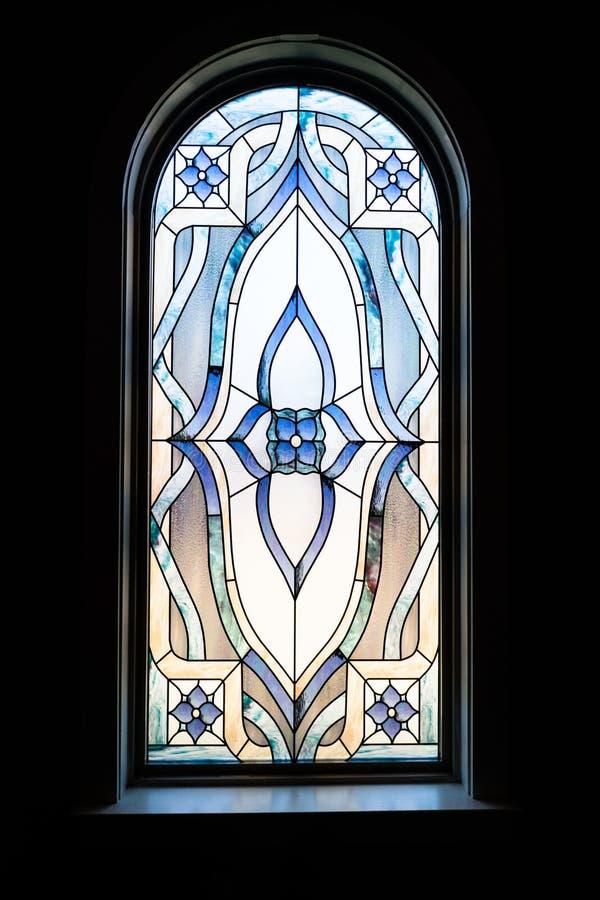 Pionowo strzał piękny dekoracyjny okno w ciemnym kościół obrazy stock