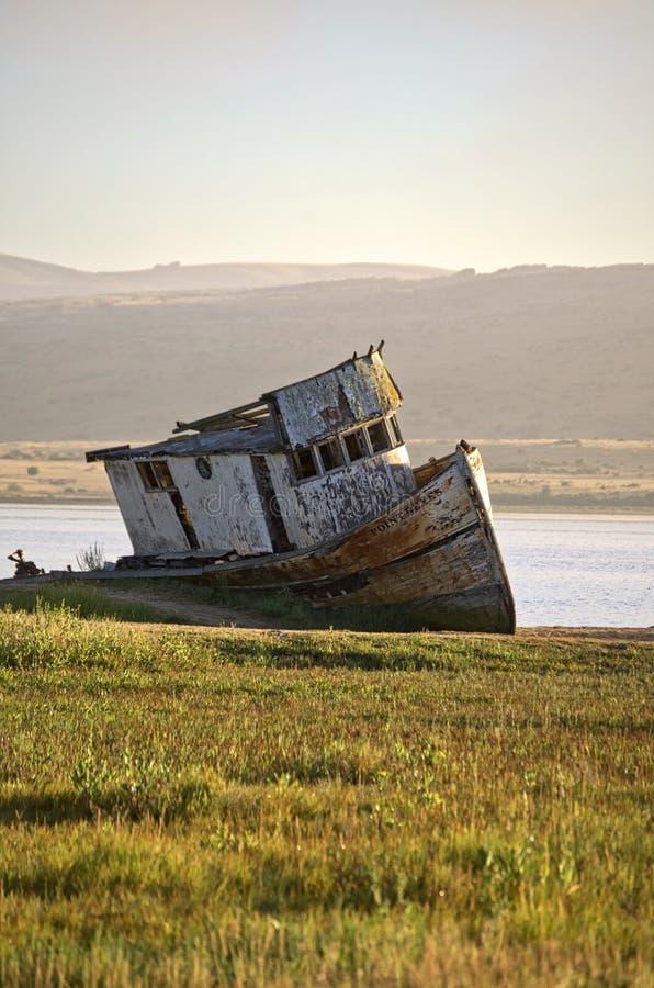 Pionowo strzał rujnujący ośniedziały statek na wybrzeżu rzeka zdjęcia royalty free