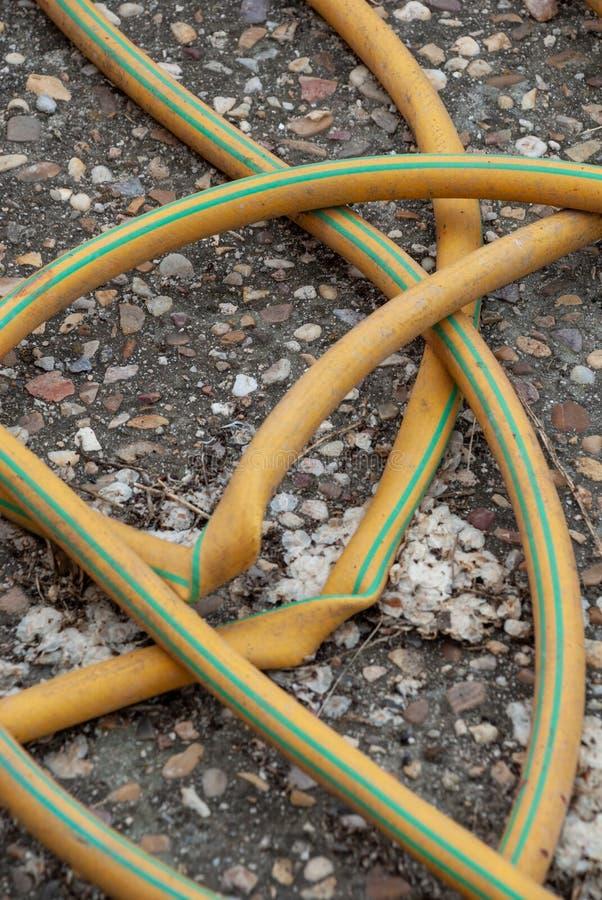 Pionowo szczegół kręcony żółty wąż elastyczny obrazy royalty free