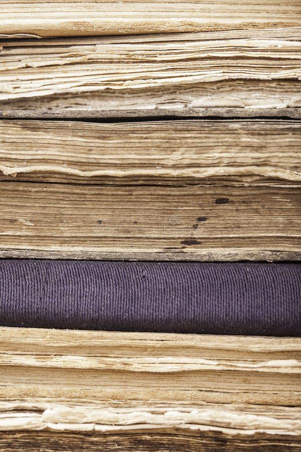 Pionowo tło sterta starych książek zbliżenie obrazy stock