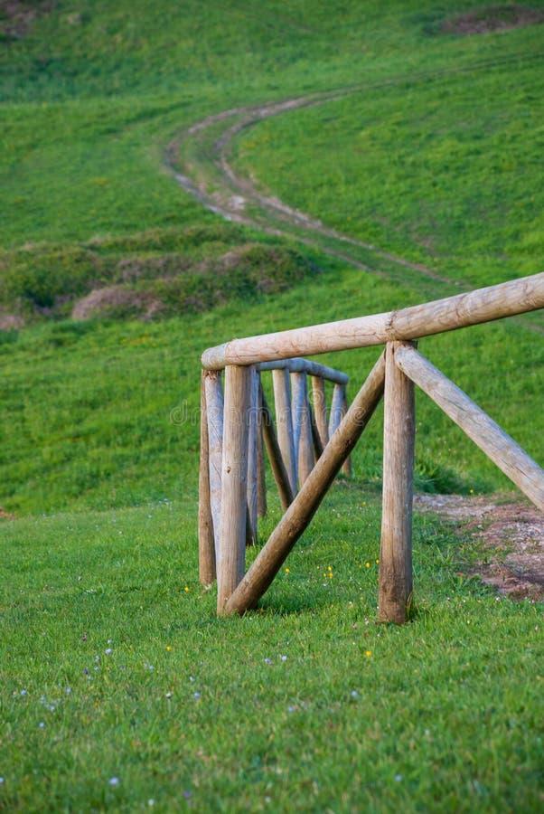 Pionowo w górę wyginającego się drewnianego ogrodzenia obraz stock