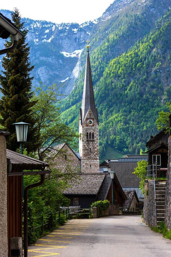Pionowo widok Ewangelicki kościół Hallstatt w Austria w lecie zdjęcie royalty free