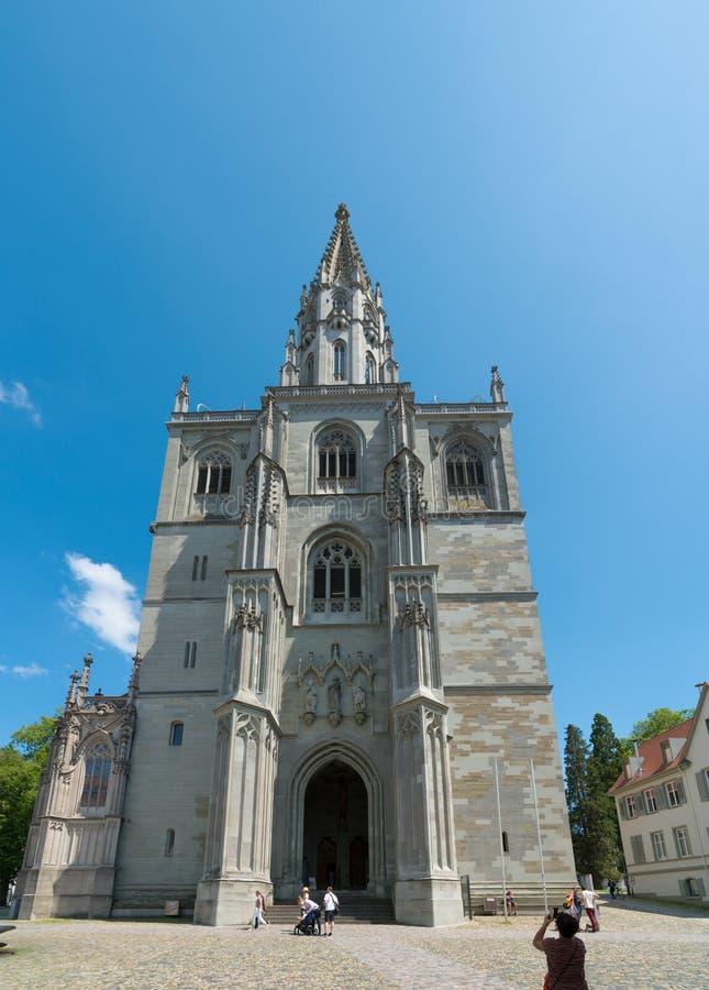 Pionowo widok Konstanzer Muenster lub katedra pod niebieskim niebem obrazy stock