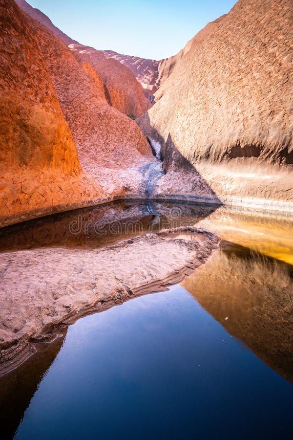 Pionowo widok Mutitjulu waterhole na lato czasie z jasnym niebem w NT odludziu Australia zdjęcie stock