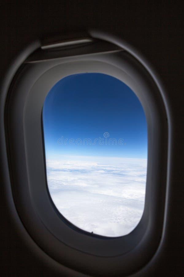 Pionowo widok samolotowy okno, chmury i niebieskie niebo, below obrazy stock