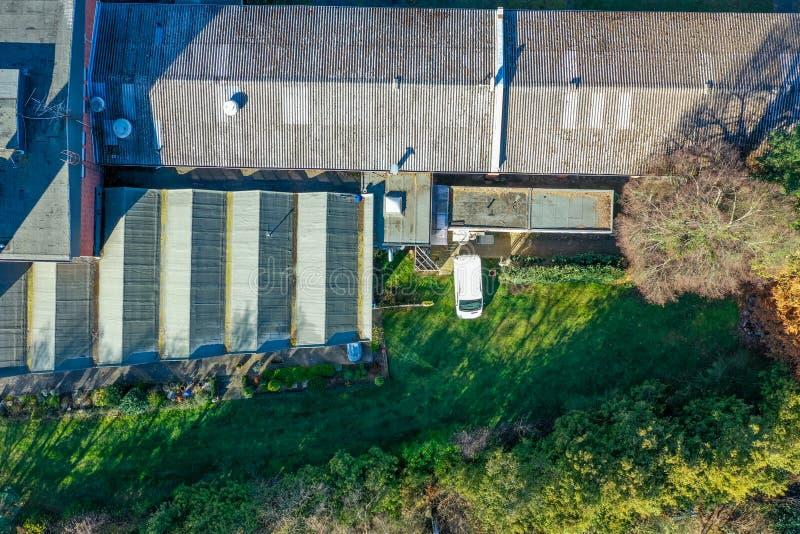 Pionowo widok z lotu ptaka dach fabryka obok g?sto przerastaj?cego ugoru terenu obraz royalty free