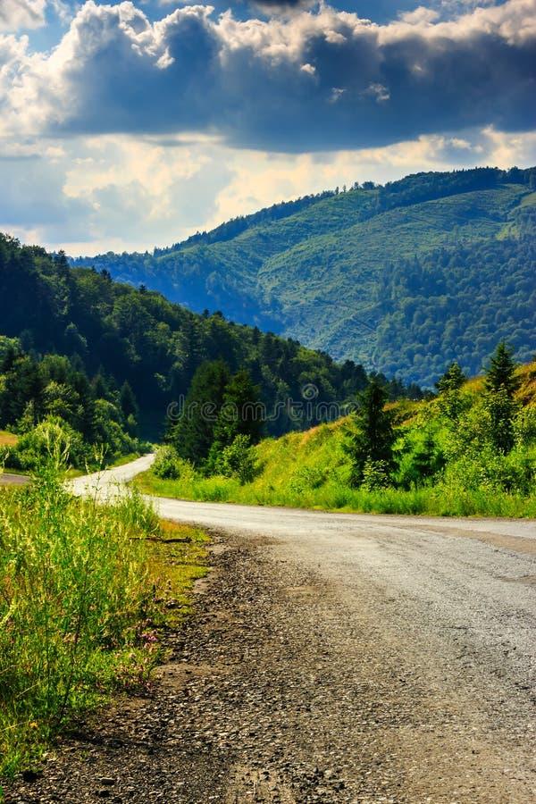 Pionowo wijąca droga iść góry pod chmurnym niebem obrazy stock