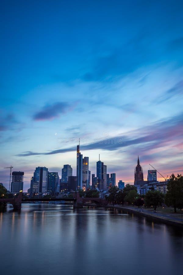 Pionowo wizerunek Frankfurt linia horyzontu przy zmierzchem obrazy stock