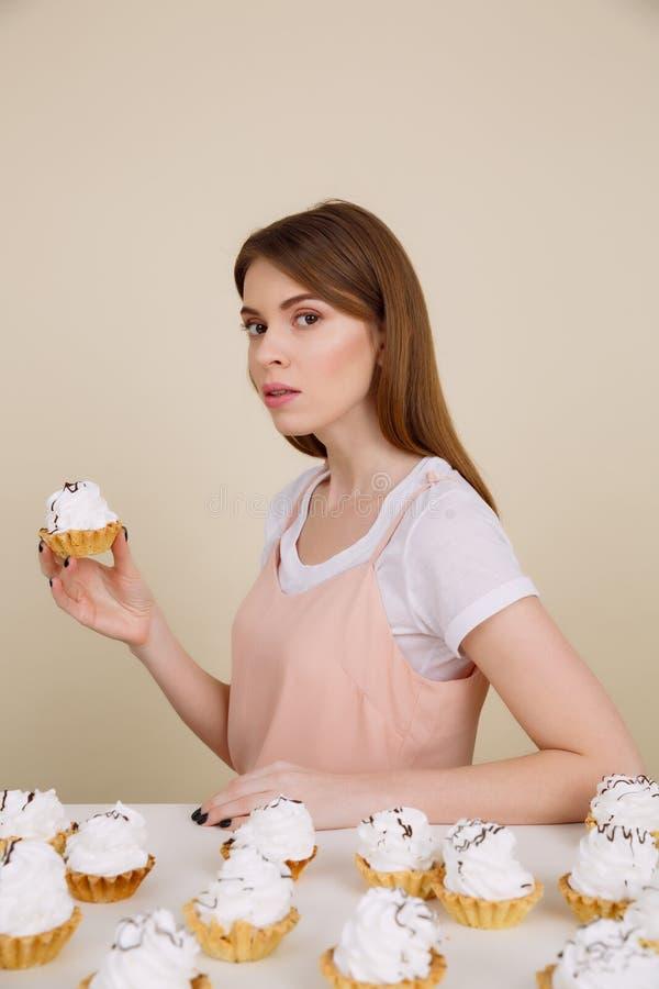 Pionowo wizerunek kobieta stołowym łasowaniem zasycha zdjęcie royalty free