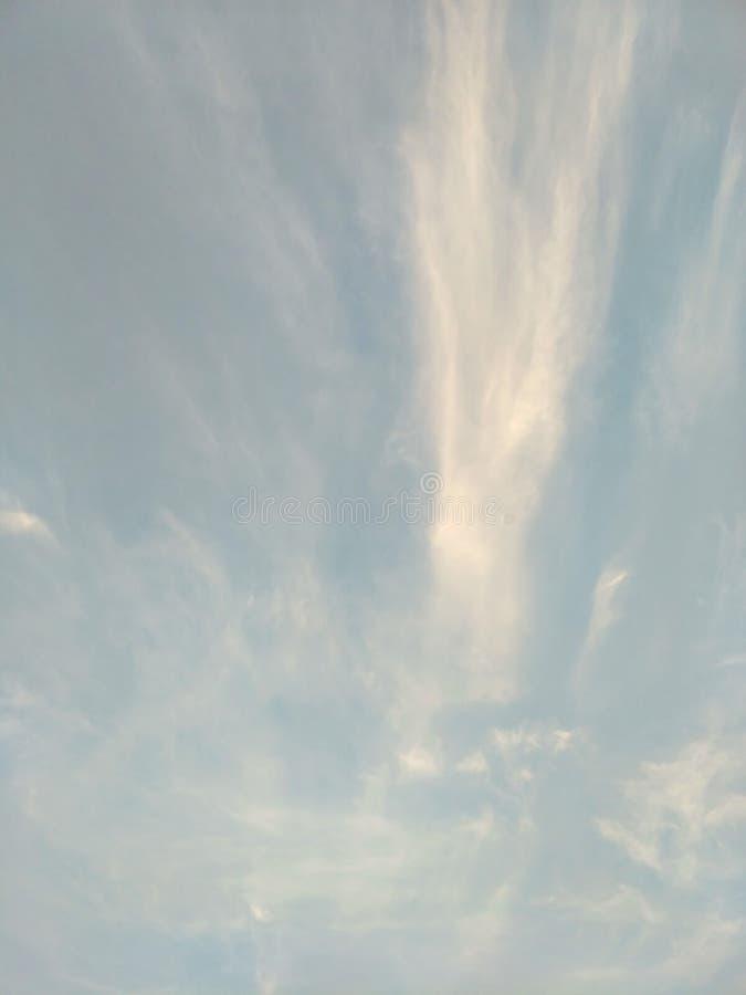 Pionowo wizerunek niebieskie niebo i biel chmurnieje na dniu zdjęcia stock